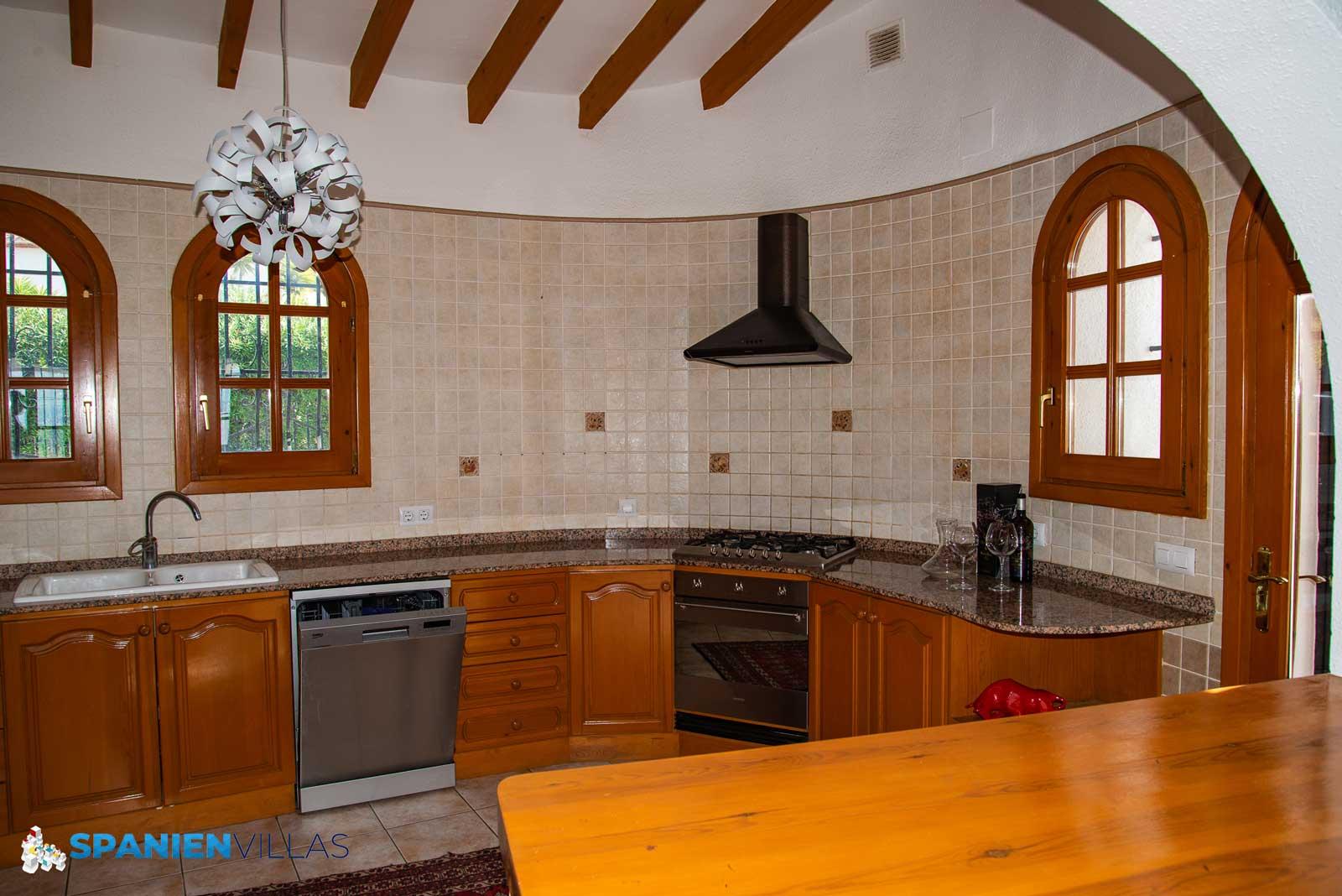 Stort og romslig kjøkken med barløsning.